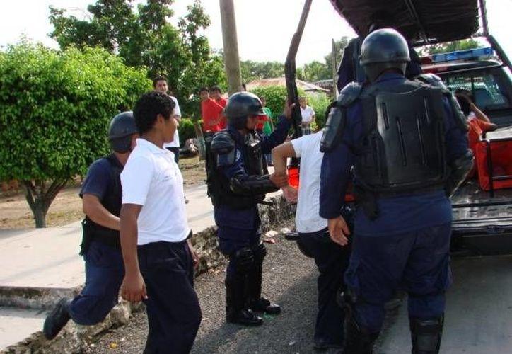 Elementos de Seguridad Pública acudieron al llamado de los taxistas y detuvieron al sujeto que los agredió física y verbalmente. (Manuel Salazar/SIPSE)