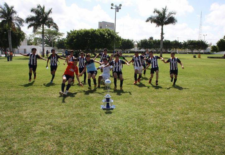 Rodrigo Solís hizo tres goles, Emiliano Suárez dos y Rayados Mérida Blanco se coronó monarca de la división de Juvenil Menor de la Liga 'Marcelino Champagnat'. (Milenio Novedades)