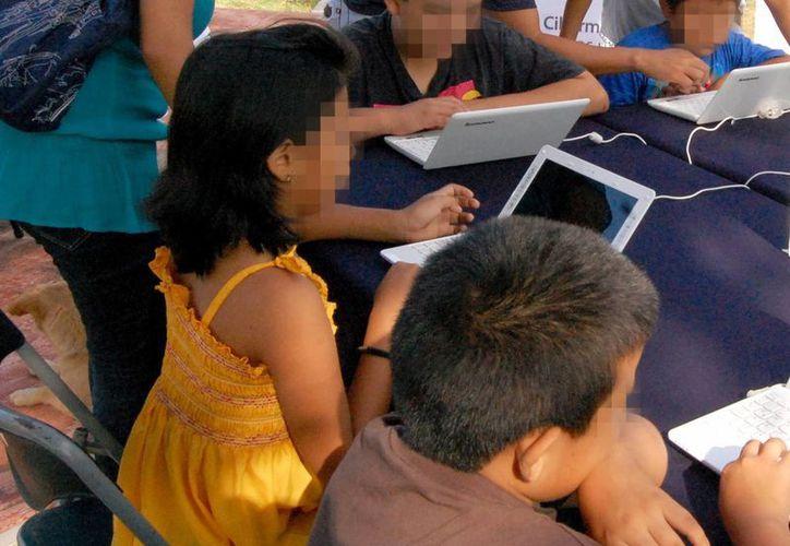 El 50 por ciento de niños de 11 a 12 años tienen una cuenta en Facebook. Imagen de un grupo de menores que aprenden acerca de las nuevas tecnologías. (Milenio Novedades)
