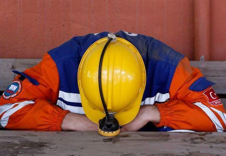 Al menos 20 obreros quedaron atrapados en una mina de carbón que colapsó, en Turquía. La imagen no corresponde al hecho; corresponde a un trabajador de otra mina que descansa, tras labores de rescate en un accidente, ocurrido en mayo pasado en ese país. (AP)