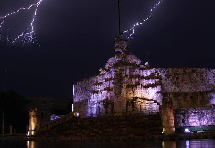 Espectacular imagen de dos relámpagos vistos en el final del Paseo de Montejo. (Fotos: César González/SIPSE)
