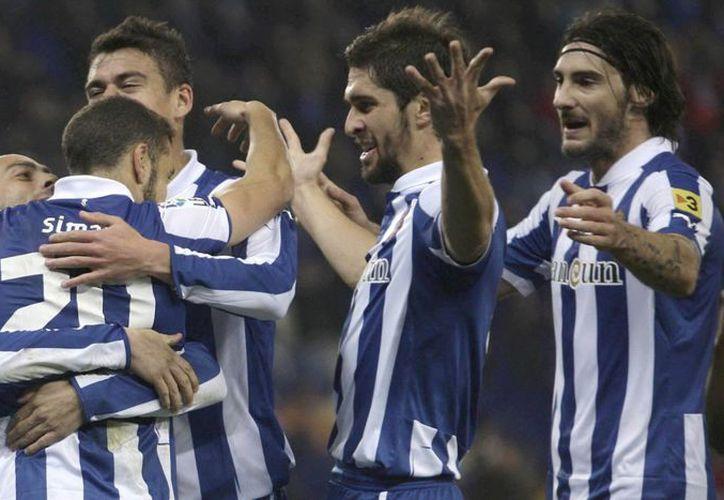 El portugués Simao Sabrosa (21), del Espanyol, celebra su gol con sus compañeros. (EFE)