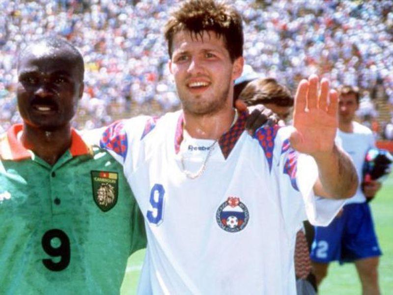 Oleg Salenko con Roger Milla, dos leyendas del futbol y sobre todo de Estados Unidos 1994 (Foto: Four Four Two)