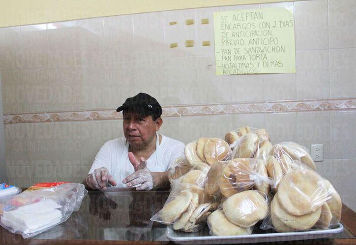 Alfonso Sosa Pech lleva 50 dedicados a la panadería. (Fotos: Ivett Ycos/SIPSE)