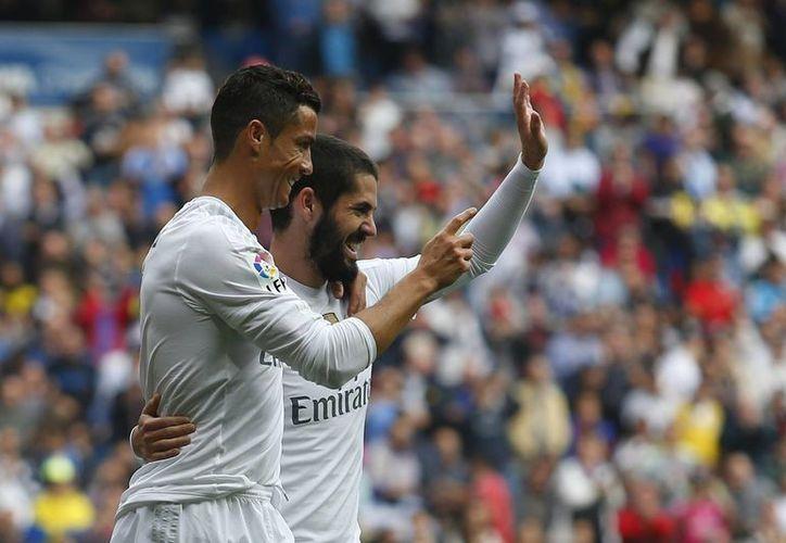 Cristiano Ronaldo festeja junto a Isco en la victoria del Real Madrid en la décima fecha de la Liga de España, este sábado en en estadio Santiago Bernabéu. (AP)
