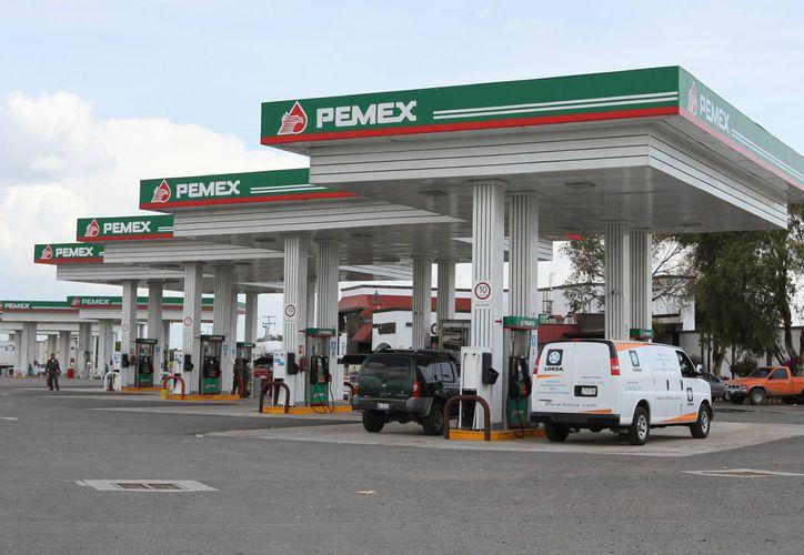 De acuerdo con lo aprobado en la reforma energética, no se prevén más aumentos a los combustibles en  2015. (Foto Notimex)