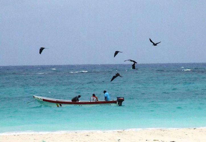 Lanchas de pescadores ponen en riesgo a bañistas y al propio arrecife, por lo que piden señalización. (Rossy López/SIPSE)