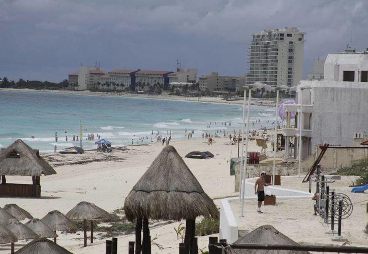 Los turistas norteamericanos siguen visitando las playas de Cancún. (Israel Leal/SIPSE)