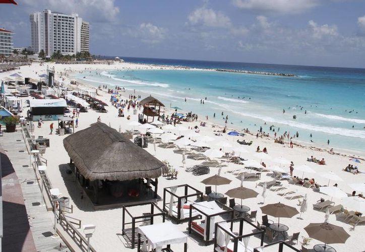 Las playas de Cancún lucieron aun con visitantes a pesar de que es el último fin de vacaciones de Semana Santa. (Tomás Álvarez/SIPSE)