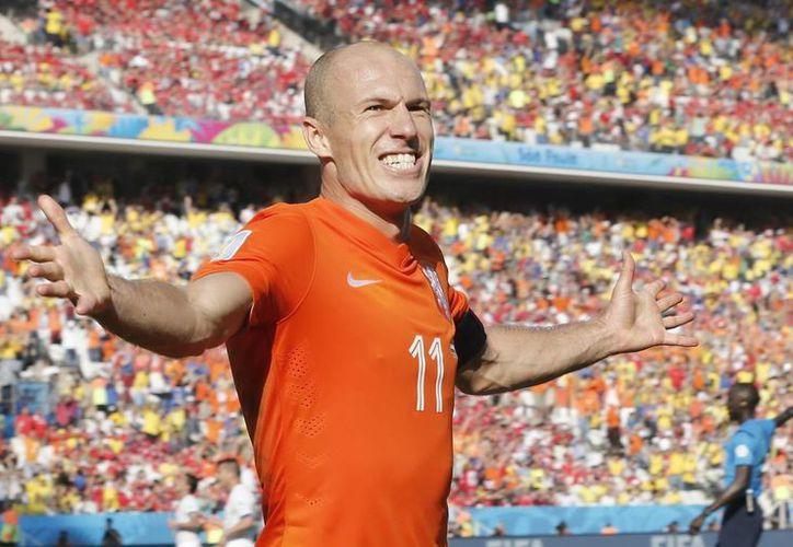 En primer plano, el goleador Arjen Robben. A sus espaldas la afición holandesa, en el partido entre su selección y Chile. (EFE)