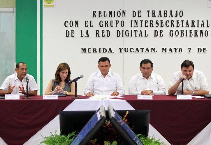 El Gobernador (centro) solicitó extender los servicios de fibra óptica. (Milenio Novedades)
