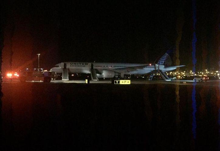 Un avión de United Airlines realizó un aterrizaje de emergencia tras un presunto incendio en el motor. (@TomPodolec/Twitter)