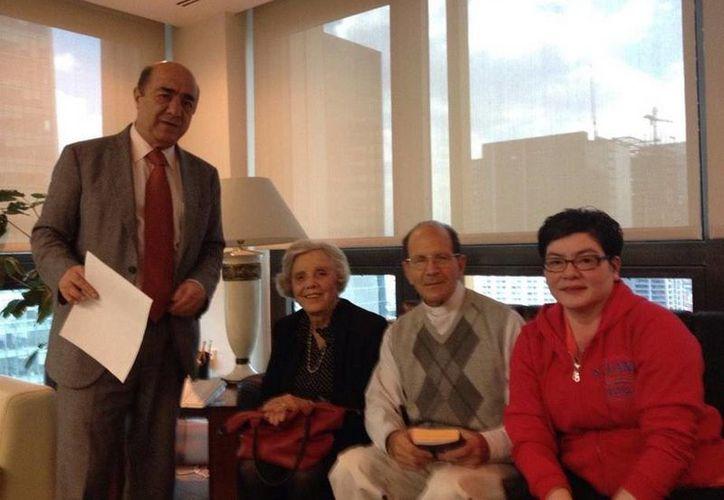En la reunión entre Jesús Murillo Karam y Alejandro Solalinde estuvo presente la escritora Elena Poniatowska. (twitter.com/padresolalinde)