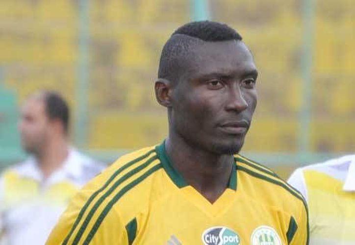 El goleador camerunés Albert Ebossé falleció al ser trasladado a un hospital después de que un objeto lanzado desde la grada le fracturó el cráneo en el futbol argelino. (maracanafoot.com)
