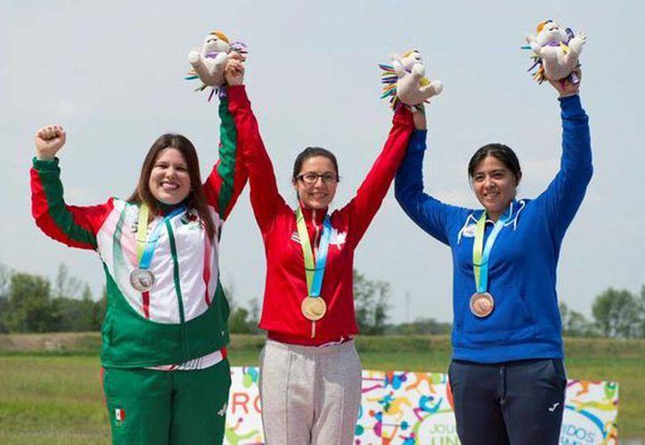 Imagen de la mexicana Alejandra Zavala al recibir su medalla de plata en la prueba de pistola de aire 10 metros en los Juegos Panamericanos Toronto 2015. (@COM_Mexico)