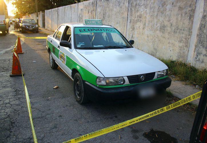 El taxi en el que huyeron de la escena del crimen los presuntos asesinos. (Propiedad de SIPSE)