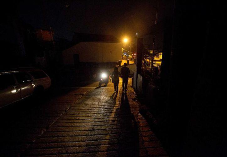 Venezuela enfrenta ahora la peor crisis en el sector energético: los ciudadanos padecen a diario apagones y cortes al suministro eléctrico. (AP)