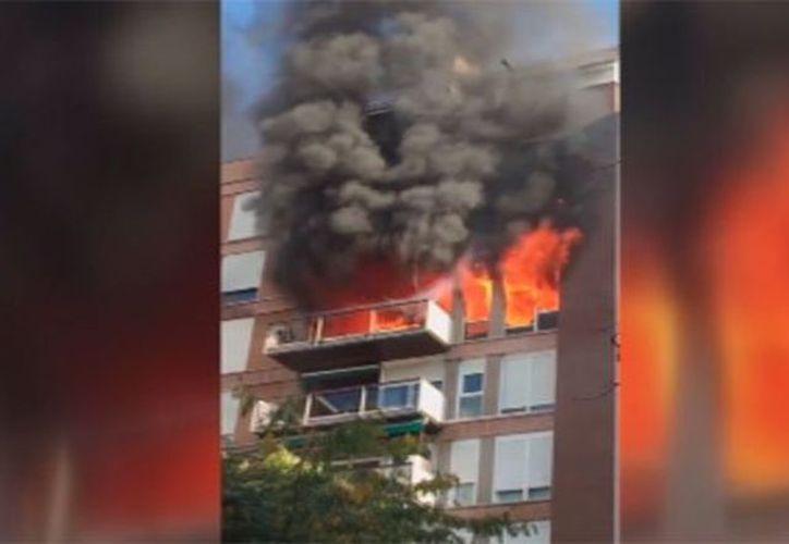 El espectacular fuego en un bloque de viviendas ha obligado a desalojar a varios vecinos del inmueble. (Vanguardia)