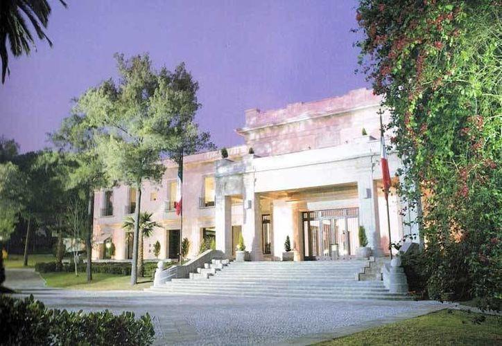 """Imagen de la residencia de los Pinos, la cual fue mandada a construir por Miguel Alemán Valdés en 1947. (Foto: libro """"Los Pinos: ésta es tu casa"""")"""