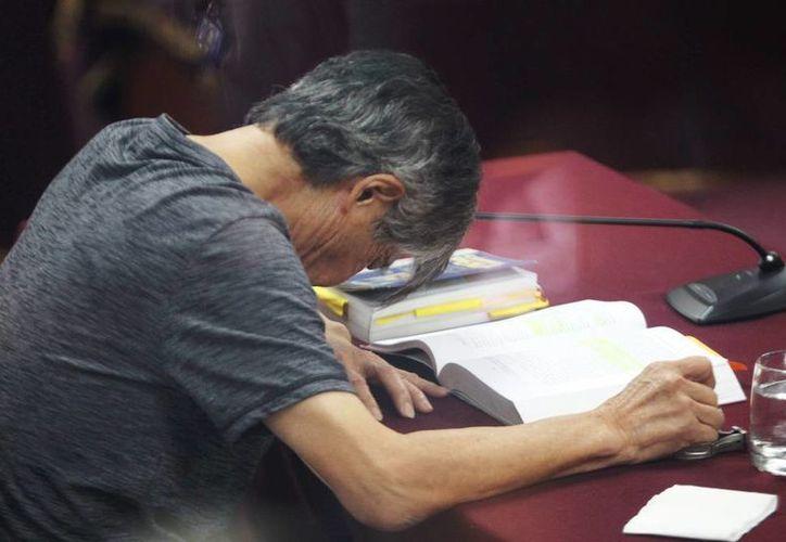El expresidente peruano Alberto Fujimori asiste a una audiencia pública, por el juicio que se sigue en su contra a causa del presunto desvío de fondos realizado a través del pago a diarios sensacionalistas para su reelección en el 2000, en Lima, Perú. (EFE)
