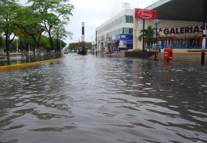 Inundación en algunos puntos de la avenida Tulum. (Tomás Álvarez/SIPSE)