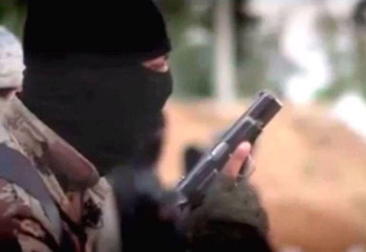 'Escena' tomada del video en el que el Estado Islámico amenaza a Estados Unidos. Los yihadistas 'colgaron' en YouTube el video que semeja el tráiler de una película de guerra. (YouTube/Newsonline)