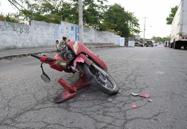 La moto del joven macheteado resultó con daños severos. (Milenio Novedades)