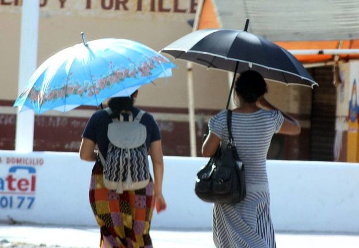 Vista ropa fresca y saque la sombrilla: el calor estará fuerte este domingo también, según el pronóstico de Conagua. (José Acosta/SIPSE)