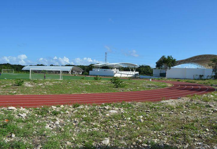 Falta construir andadores, barda perimetral y poner iluminación en la a unidad deportiva de Puerto Aventuras. (Foto: Adrián Barreto)