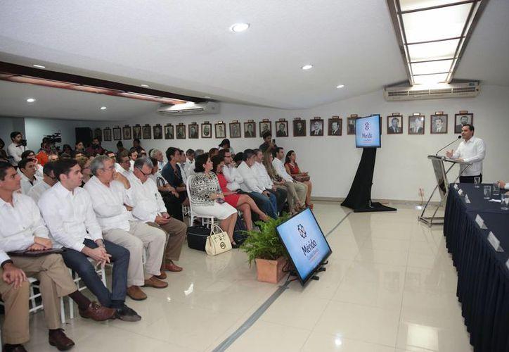 La Cofemer considera a Mérida como ejemplo nacional en políticas de simplificación de trámites. Este lunes el alcalde Mauricio Vila presentó el Registro Único de Personas Acreditadas al Municipio de Mérida (Rupamm). (Fotos cortesía del Ayuntamiento)