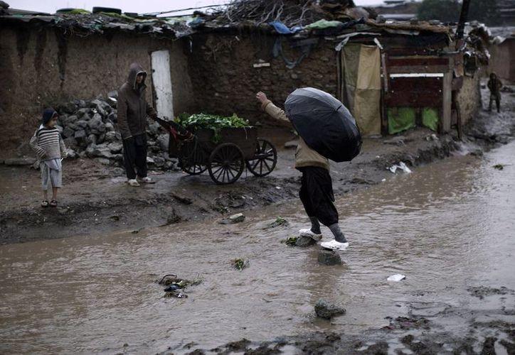 Las constantes lluvias complican las labores de rescate. (Agencias)