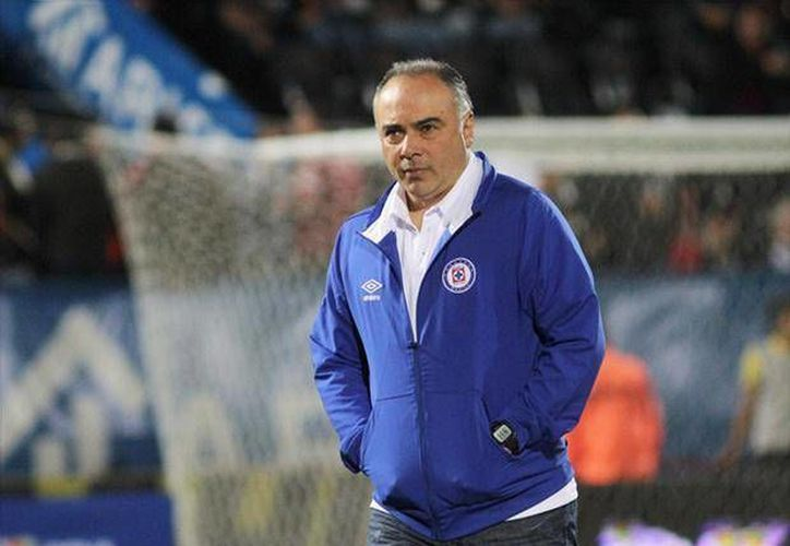 La directiva de 'La Máquina' le dio las gracias a su técnico Guillermo Vázquez, días después de la eliminación de la Liguilla 2013 a manos del Toluca. (foxsportsla.com)