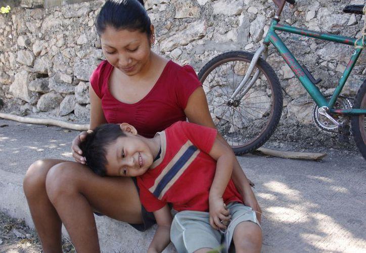 La señora Ciané Berenize Arredondo y su hijo, el pequeño Gilmer Adriel Fuente Arredondo. (Milenio Novedades)