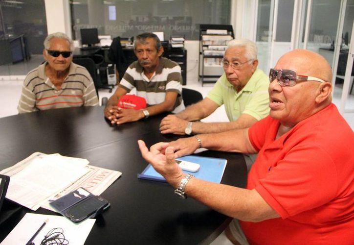 Jubilados y pensionados de Ferrocarriles Nacionales de México llegaron a las oficinas de Milenio Novedades para convocar a sus compañeros faltantes por firmar. (Milenio Novedades)