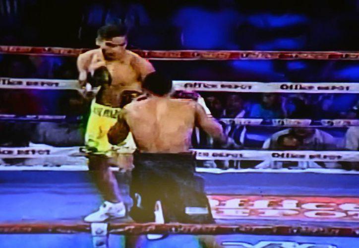 """Tras los 10 asaltos el colombiano José """"Barretas"""" Pinzón cayó por puntos ante el colombiano Juan del Angel en Barranquilla. (Foto especial de Milenio Novedades/tomada de TV)"""