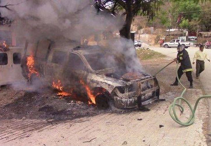 El ataque de normalistas contra las instalaciones de policía en Tixtla comenzaron con el estallido de bombas molotov. (Milenio)