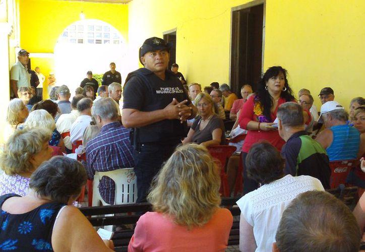 En la reunión convocada por la Policía Municipal, participaron más de 100 canadienses y norteamericanos y canadienses radicados en Progreso. (Manuel Pool/SIPSE)