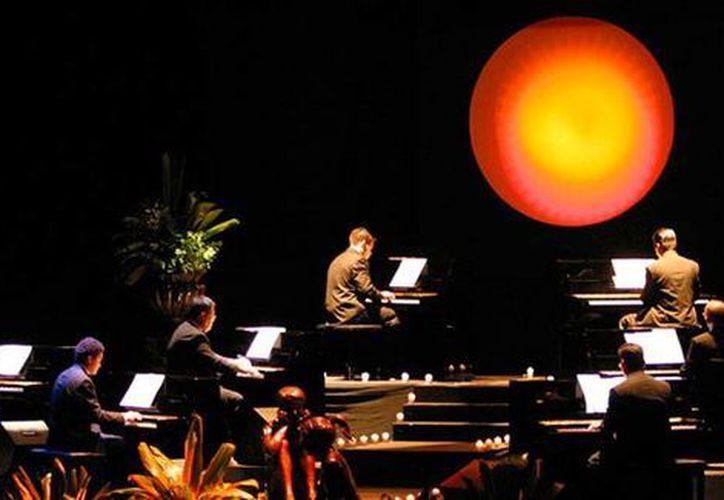 Los organizadores de la presentación del 'Show de los 10 Pianos' en la Puerto de Altura de Progreso, calculan la asistencia de poco más de 2,000 personas. (diezpianos.com)