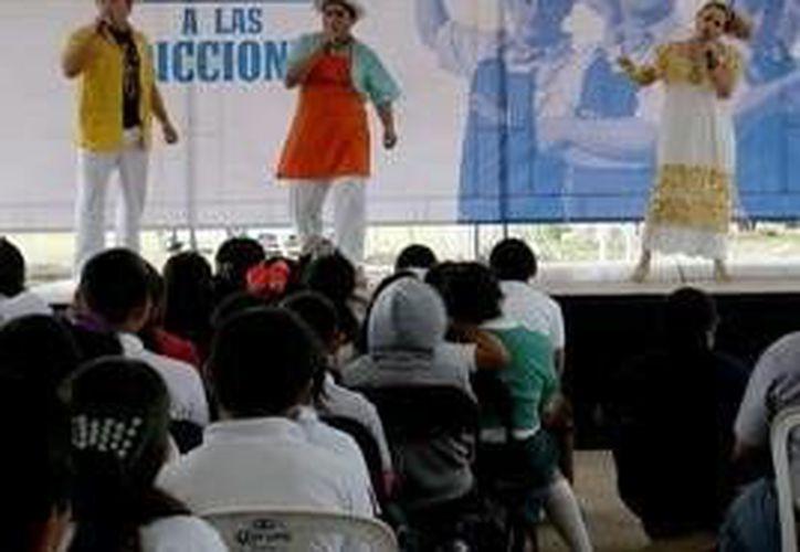 """A los jóvenes se les presenta la obra """"Adicciones para qué"""", con un guión original de quienes forman parte del instituto y la compañía de teatro Yucatán, liderada por Cuxum. (Milenio Novedades)"""