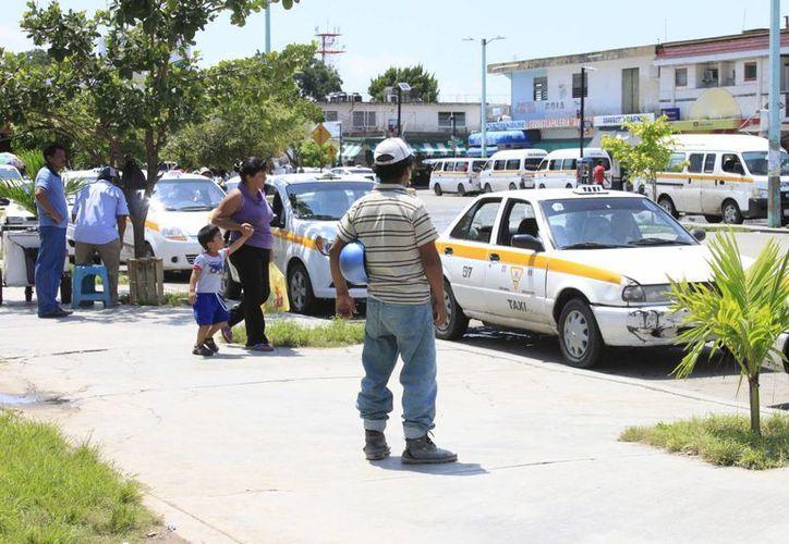 Dirección de Tránsito continúa sin expedirles las licencias a los taxistas de la frontera sur. (Harold Alcocer/SIPSE)