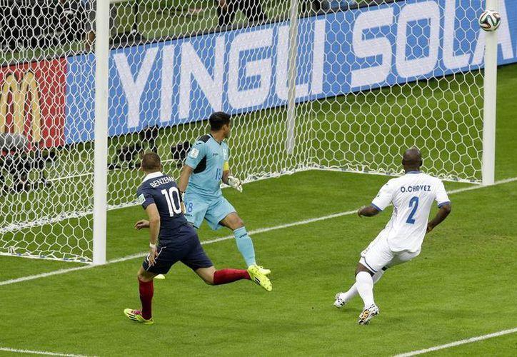 Las siete cámaras de video emplazadas en el arco hondureño determinaron que la pelota había rebasado la línea, por un instante y sólo por centímetros. (AP)