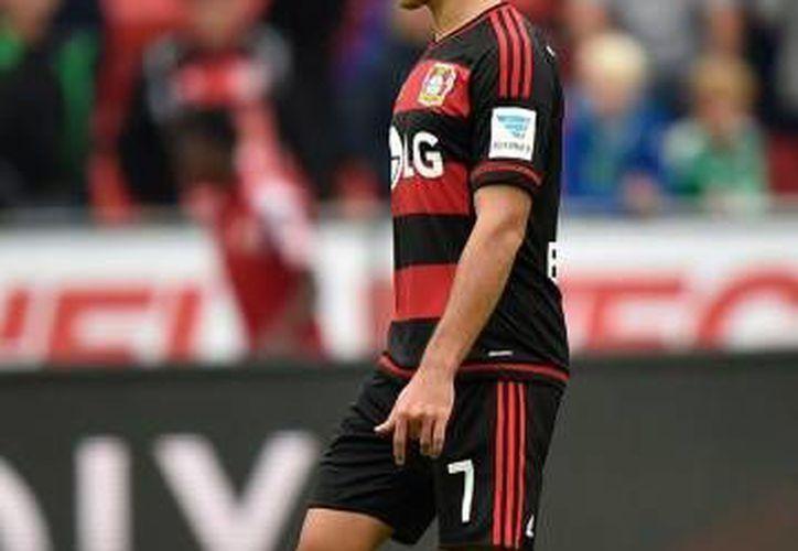 """Al minuto 32, """"Chicharito"""" consiguió el empate parcial, fue su sexto gol en fila y arribó a cuatro tantos en la Bundesliga, sin embargo su equipo perdió el encuentro. (Archivo/AP)"""