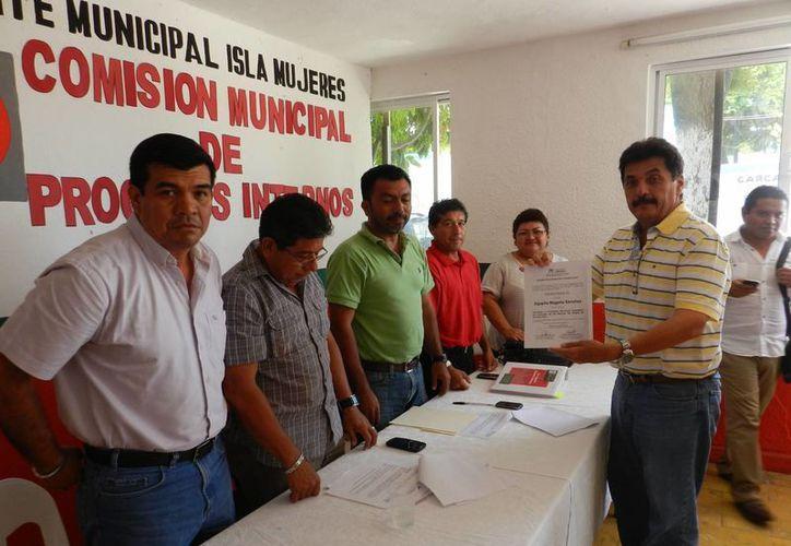 La entrega de la constancia estuvo a cargo de la Comisión de Procesos Internos del PRI. (Lanrry Parra/SIPSE)