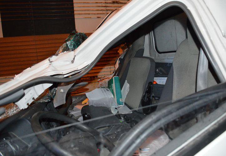 Un pequeño camión de carga se estrelló contra otro más grande; no hubo muertos, pero el copiloto de la unidad perdió uno de sus brazos. (Carlos Navarrete/SIPSE)