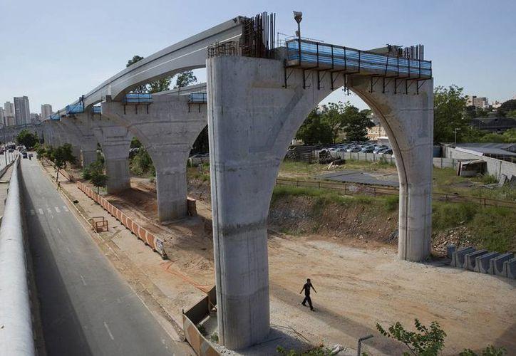 Las autoridades Brasil prometieron los habitantes de las diversas sedes mundiales desarrollar infraestructura, mejorar las ciudades, pero nada han cumplido. Imagen de una obra inconclusa en Cuiaba, Mato Grosso. (Agencias)