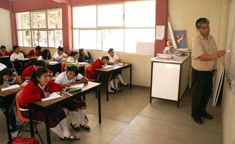 El 43.8 por ciento de los mexicanos, considera que los maestros del país están poco capacitados, lo que implica un problema grave en la educación nacional. Otros factores comúnmente considerados son la falta de escuelas y las carencias que existen en ellas. (Archivo/Notimex)