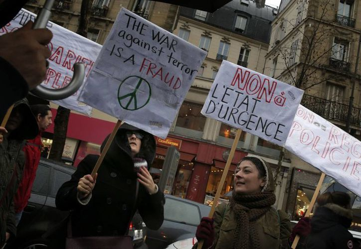 Manifestan durante una protesta en París, en la cual piden parar el estado de emergencia en el país, tras los ataques del Estado Islámico. (Agencias)