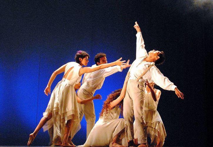 """La Compañia Tándem en el teatro """"Armando Manzanero"""", durante su participación en el Festival Nacional e Internacional de Danza Contemporánea Oc'-Ohtic. (Milenio Novedades)"""