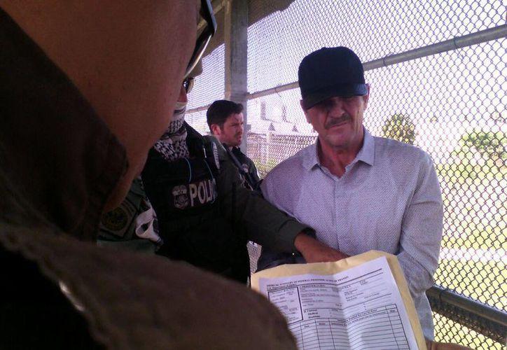 El narcotraficante Héctor 'El Güero' Palma Salazar la ser entregado a las autoridades mexicanas en el puente fronterizo de Matamoros. (EFE)