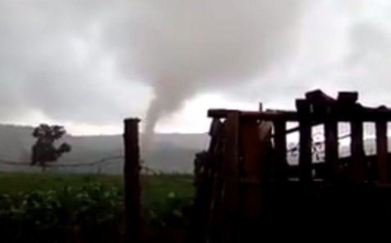 Tornado causa expectación en Veracruz; reportan daños materiales